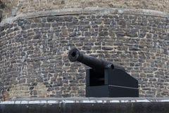 Canon devant le vieux mur Photographie stock libre de droits