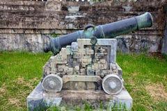 Canon en laiton sur le berceau en pierre Images libres de droits