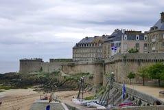 Canon en remparts de St Malo photos stock