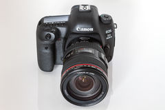 Canon EOS 5D Mark IV profesional DSLR photo camera on white reflective background Stock Photography