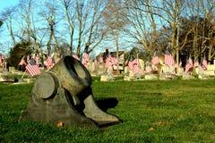 Canon et drapeaux dans un cimetière Photographie stock libre de droits