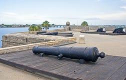 Canon et un vieux fort Photos stock