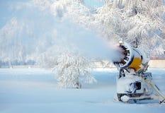 Canon fonctionnant de neige Photographie stock libre de droits