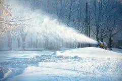 Canon fonctionnant de neige Image stock