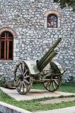 Canon histórico en la exhibición, iglesia de Kalavryta, Peloponeso, Grecia imagen de archivo