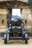 Canon i Edinburgslotten som förbiser staden Royaltyfria Bilder