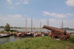 Canon i Woudrichem i typisk holländskt landskap Royaltyfri Fotografi