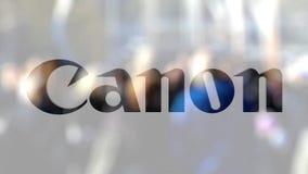 Canon Inc logo su un vetro contro la folla vaga sullo steet Rappresentazione editoriale 3D video d archivio