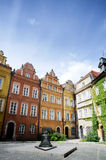 Canon kvadrerar (plac Kanonia) med dess 17th bronsKlocka monument på den Kanonia gatan i gammal stad av Warszawa Royaltyfri Fotografi