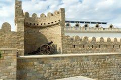 Canon médiéval antique à la tour de la forteresse dans la vieille ville, Bakou photos stock