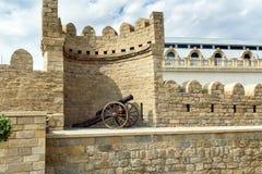Canon médiéval antique à la tour de la forteresse dans la vieille ville, Bakou images stock