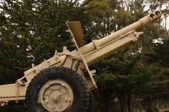 Canon militaire vert de marche de parc Photographie stock