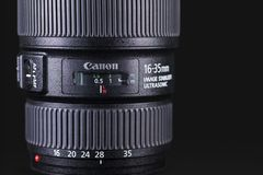 Canon 1635mm lens over donkere achtergrond stock foto's
