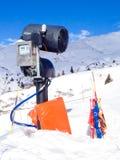 Canon moderno de la nieve en las montañas europeas Fotografía de archivo