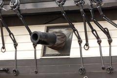 Canon op oud zeilschip Stock Afbeeldingen