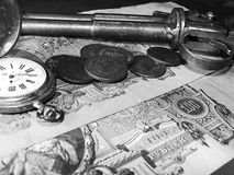 Canon, pièces de monnaie et montre Images stock
