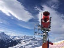 Canon rouge moderne de neige dans le jour ensoleillé Images libres de droits