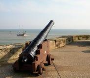Canon-Satz auf einem Dockside mit Schiffen heraus in Meer lizenzfreies stockbild