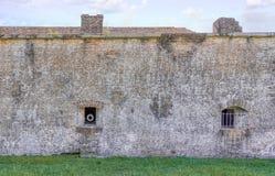 Canon sikt på väggar av Ft Pickens arkivbild
