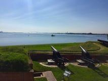 Canones que pasan por alto el océano en el fuerte McHenry fotos de archivo