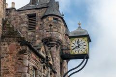 Canongate Tolbooth met klok langs Koninklijke Mijl in Edinburgh, Schotland royalty-vrije stock afbeelding