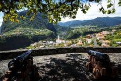 Canons au point de vue au-dessus de Faial et de la roche de guia ou d'aigle de  de Penha de Ã, Madère, Portugal Images libres de droits