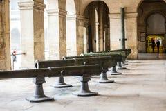 Canons dans la cour chez musee de l'armee, Paris, France Photo libre de droits