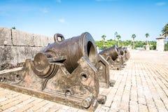 Canons dans le château de la force royale à La Havane photographie stock