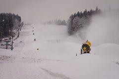 Canons de neige sur la pente Photos libres de droits