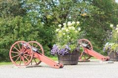 Canons en bloembed in Stockholm Stock Afbeeldingen