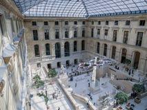 Canopied podwórze wśrodku louvre muzeum fotografia royalty free