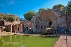 Canopo och grotta på villan Adriana på Roma Arkivfoton