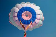canopyen hoppa fallskärm Arkivfoto