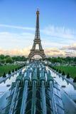 Canos da água dos jardins de Trocadero e de torre Eiffel com as estrelas da UE, Paris, França Fotos de Stock Royalty Free