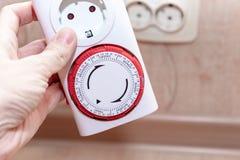 24 canos principais da hora 7 dias por semana obstruem no soquete europeu do interruptor do temporizador para a energia e a econo foto de stock