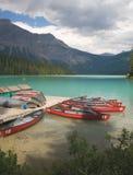 Canoës sur le lac vert Photo stock