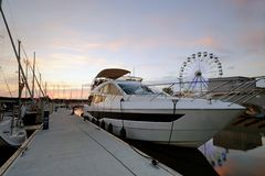 Canot automobile amarré au port de yacht, Kolobrzeg, Pologne image stock