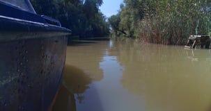Canot automobile dérivant toujours au canal étroit dans la forêt de delta du Danube à la ville de Vilkovo, Ukraine clips vidéos