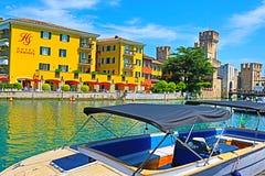 Canot automobile dans la ville Italie de Sirmione de port de policier de lac photo libre de droits