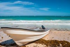 Canot automobile sur la plage Image libre de droits