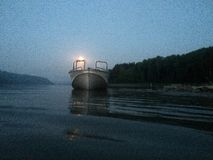 Canot automobile sur la rivière une nuit éclairée par la lune Capturé sur l'iPhone photo libre de droits