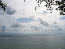 Canot automobile sur la surface de la mer pr?s de l'?le images libres de droits