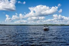 Canot automobile sur le grand beau lac Image libre de droits