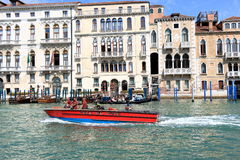 Canot automobile Vigili del Fuoco dans Grand Canal Venise, Italie Photographie stock