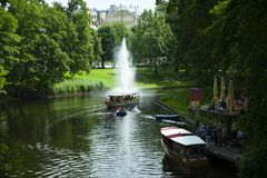 Canot aux kanals de pilsetas un jour d'été, Riga, Lettonie photos libres de droits