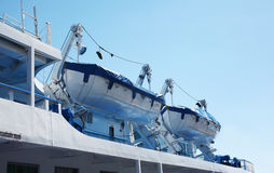 Canot de sauvetage de la sécurité deux, petit bateau accrochant sur la plate-forme Photo libre de droits