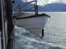 Canot de sauvetage du ` s de bateau sur le davier photo stock