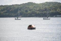 Canot de sauvetage gonflable dans les eaux image libre de droits