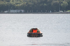 Canot de sauvetage gonflable en mer image libre de droits