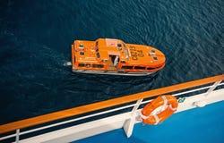 Canot de sauvetage ou bateau orange sur l'eau de mer bleue, vue supérieure photos stock